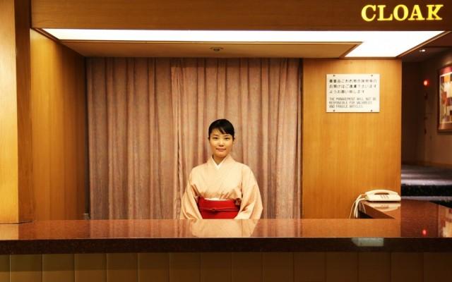 OKURA0515-cloak-room-service