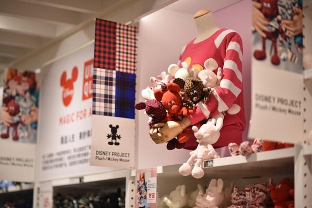 采用UNIQLO[优衣库]招牌面料摇粒绒和法兰绒制作的米奇毛绒玩具